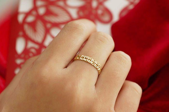 có nên mua nhẫn kim tiền không? Nên đeo nhẫn kim tiền ở ngón tay nào?